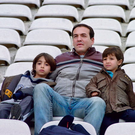 אבא איל עם הבנים טום וליאור, היום שחקני כדורגל. צילום: ראובן כהן