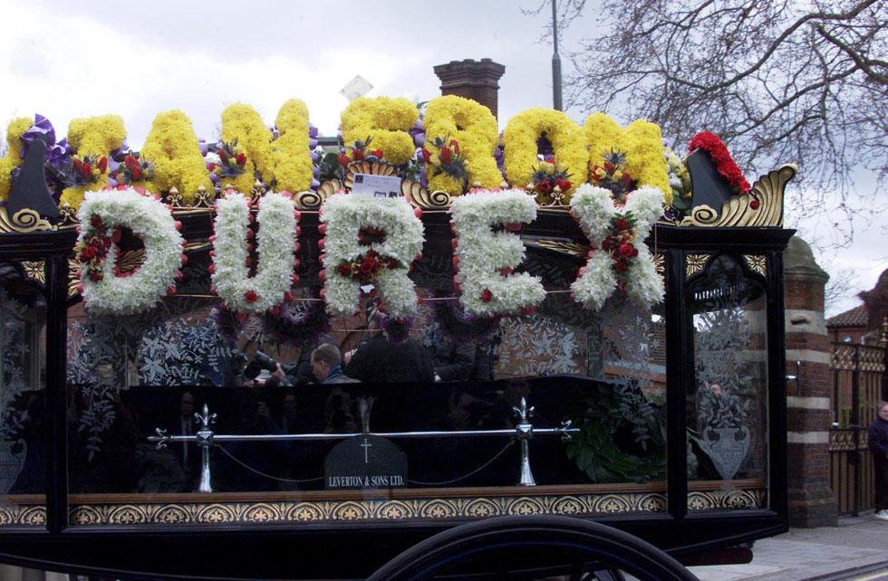 ארונו של דיורי, עטוף בפרחים, 2000. חברים ובני משפחה סיפרו שהיה אדם מקסים, אבל ממש לא קל (צילום: rex/asap creative)