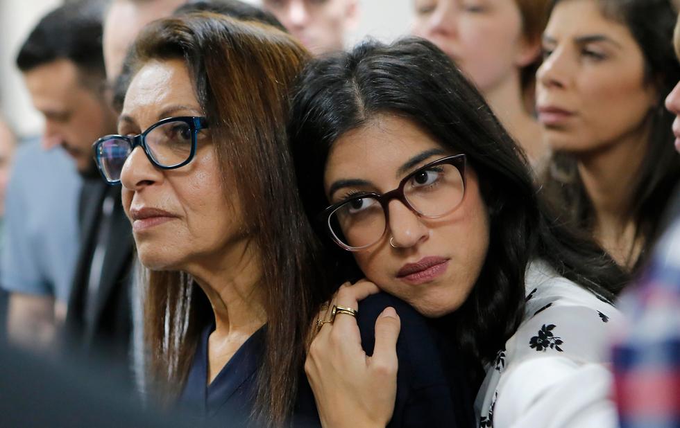 Яфа со второй дочерью в зале суда. Фото: AP