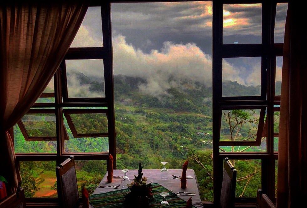 ארוחת בוקר מול נופי הפיליפינים.  (צילום: מאגמה)