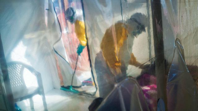 תמונות השנה AP מטפלים בחולה אבולה בבידוד ב קונגו (צילום: AP)