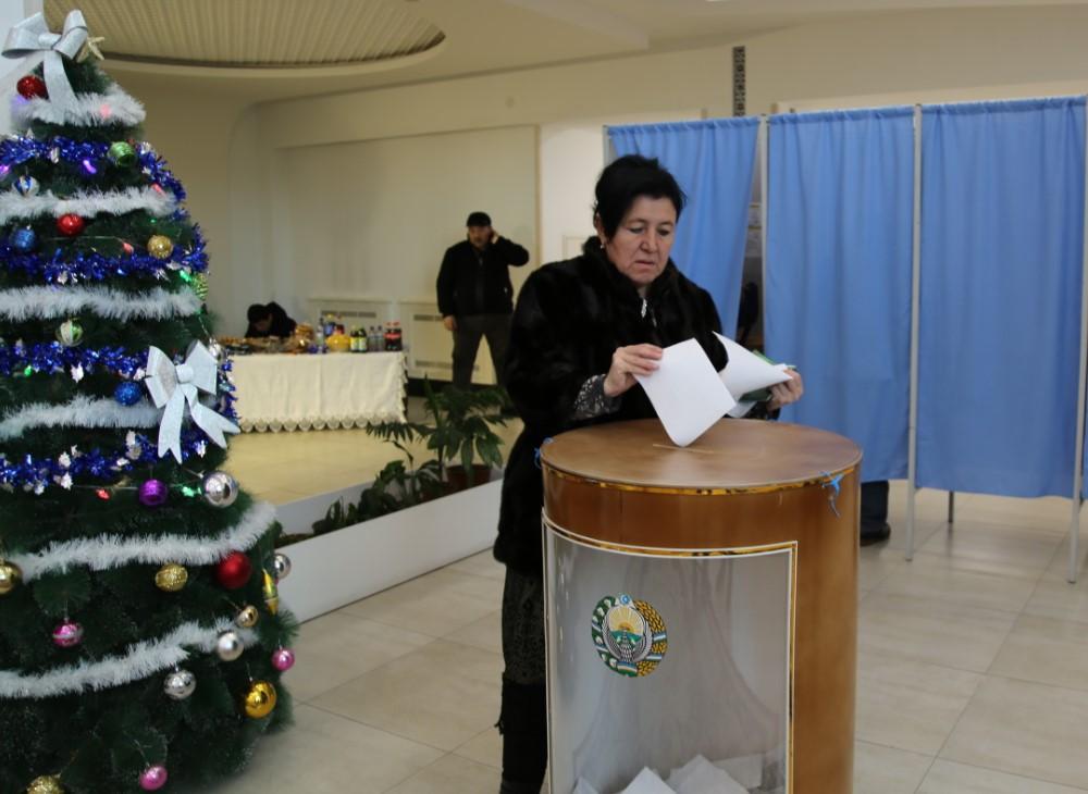 Ташкент, голосование у елочки. Фото: Макс Лурье