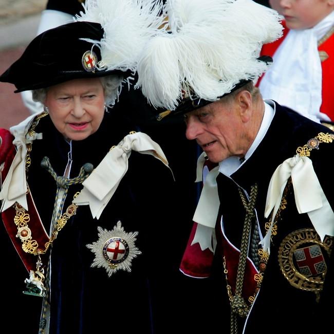 """""""תגידי, הכובע לא כבד לך?"""" (צילום: Ap)"""