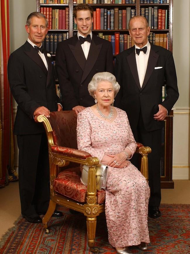 המלכה אליזבת והגברים של הארמון (צילום: Ap)
