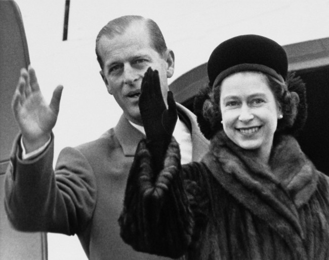קרובים רחוקים. המלכה אליזבת והנסיך פיליפ (צילום: Ap)