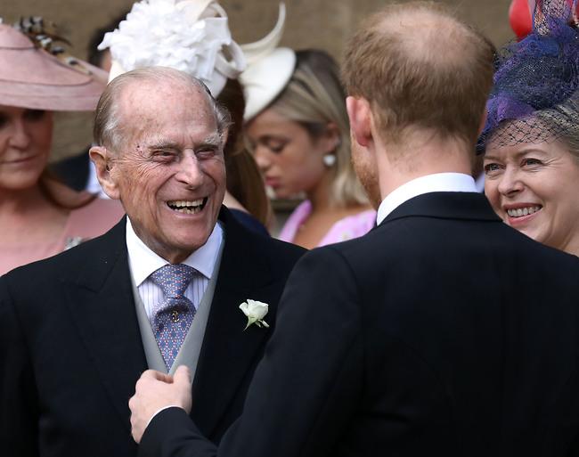 צחוקים עם הנכד. הנסיכים פיליפ והארי (צילום: Gettyimages)