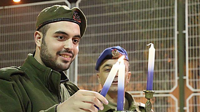החיילים מדליקים את הנרות  ()
