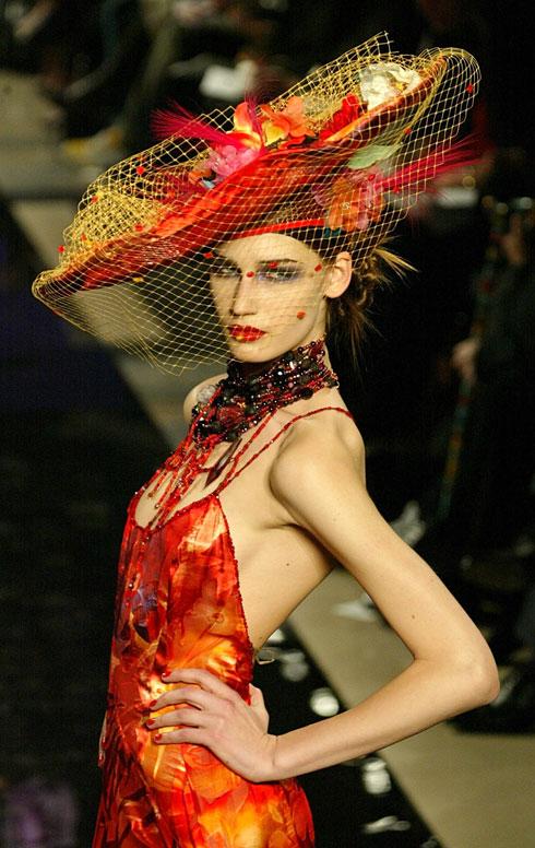 תצוגה של בית האופנה בשנת 2003 (צילום: AP)