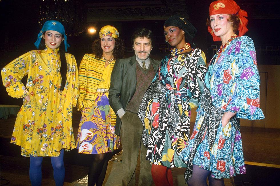 """עמנואל אונגרו בתצוגת אופנה בעיצובו בשנת 1982. """"אופנה זה כל מה שאני יכול ויודע לעשות"""" (צילום: rex/asap creative)"""