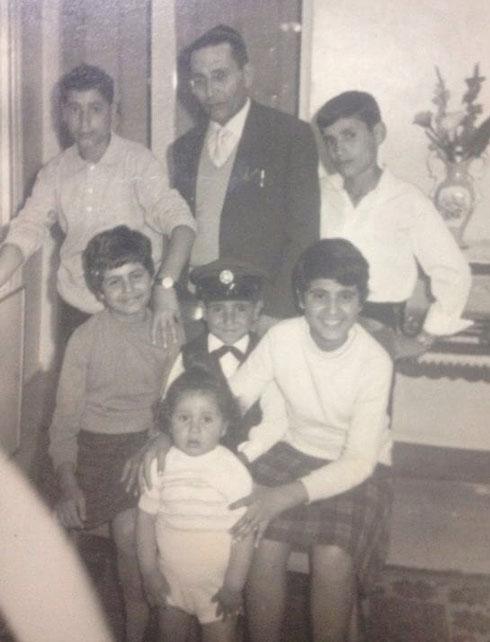 """גדי ביטון בגיל שנתיים (מלפנים) עם אביו וחמישה מאחיו. """"הם ברחו מהישיבות"""""""