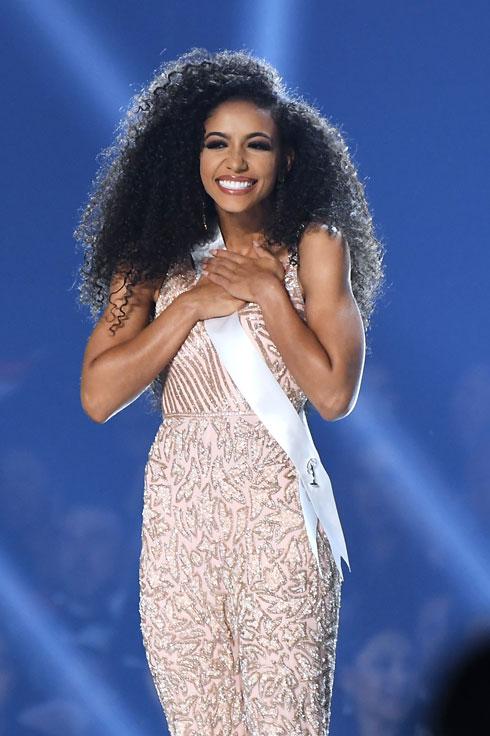 משנת 2012 מאפשרים בתחרות גם לטרנסג'נדריות להשתתף. מיס ארצות הברית צ'סלי קרייסט (צילום: Paras Griffin/GettyimagesIL)