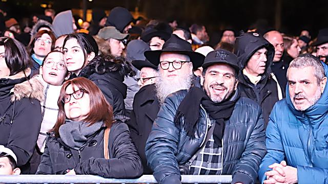 אלפים הגיעו להדלקת הנרות הצבעונית (צילום: מרדכי לובעצקי)