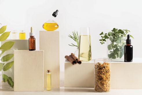 שמן קמומיל הוא אחד מצמחי המרפא העתיקים ביותר (צילום: דניאל לילה, סגנון: נעה קנריק)