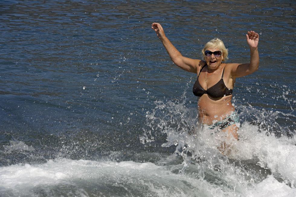"""עוד אחת. """"את מי זה מעניין איך נראית אישה בת 60 ומשהו בבגד ים? מי מסתכל עליי חוץ מאשר אני על עצמי?"""" (צילום: Shutterstock)"""