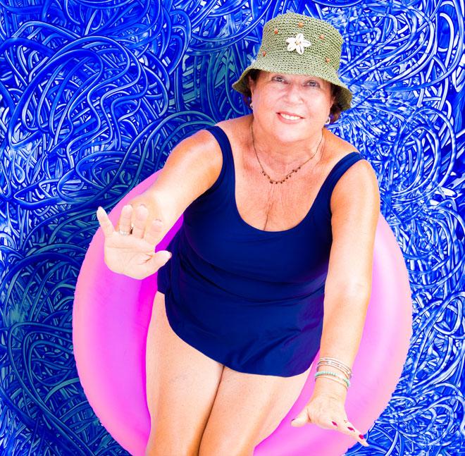 """סבתא בבגד ים. """"שמנתי, התרחבתי, העור שלי מדולל, הוורידים שלי בולטים"""" (צילום: Shutterstock)"""