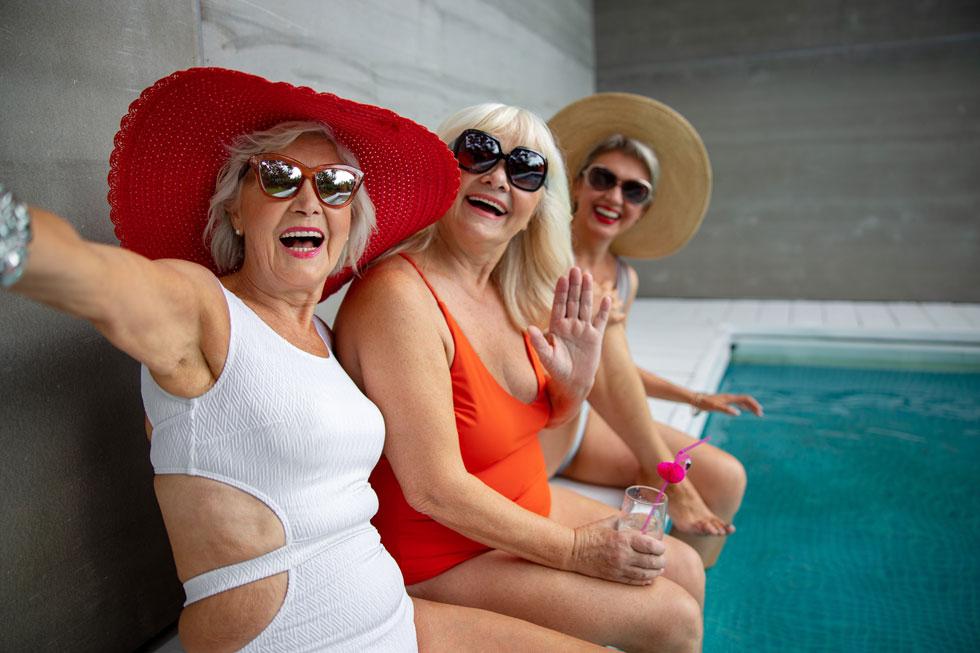 """סבתות בבגד ים. """"מה נראה לך, שזה קל?"""" (צילום: Shutterstock)"""