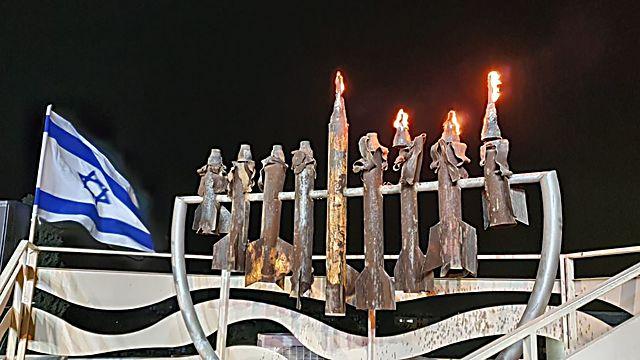 בשדרות הדליקו הערב את חנוכיית הקסאמים המוכרת , כמדי שנה. סמל לעמידה והחוסן של התושבים ()