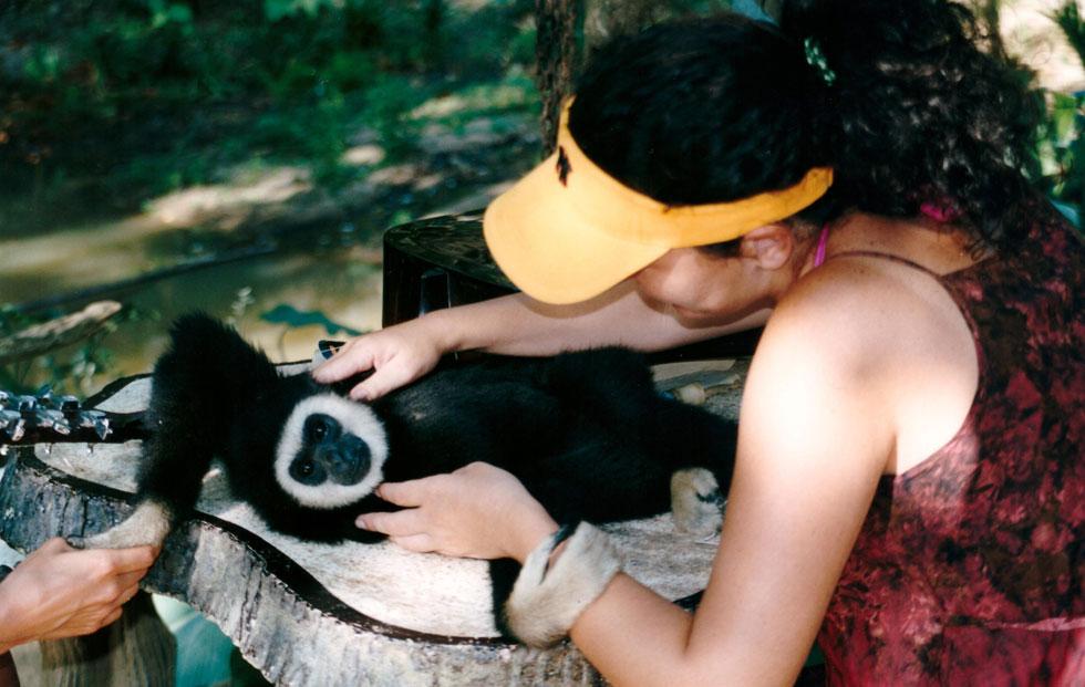 """מטפלת בבעלי חיים בארצות הברית. """"התפקיד שלי היה להבין את הצורך הרגשי של כל חיה ולתווך בינה לבין המטפלים הקבועים"""" (צילום: אלבום פרטי)"""