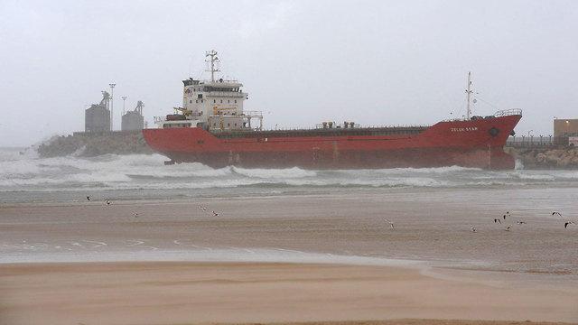 אונייה שעומדת להסחף לחוף אורנים באשדוד (צילום: אבי רוקח)