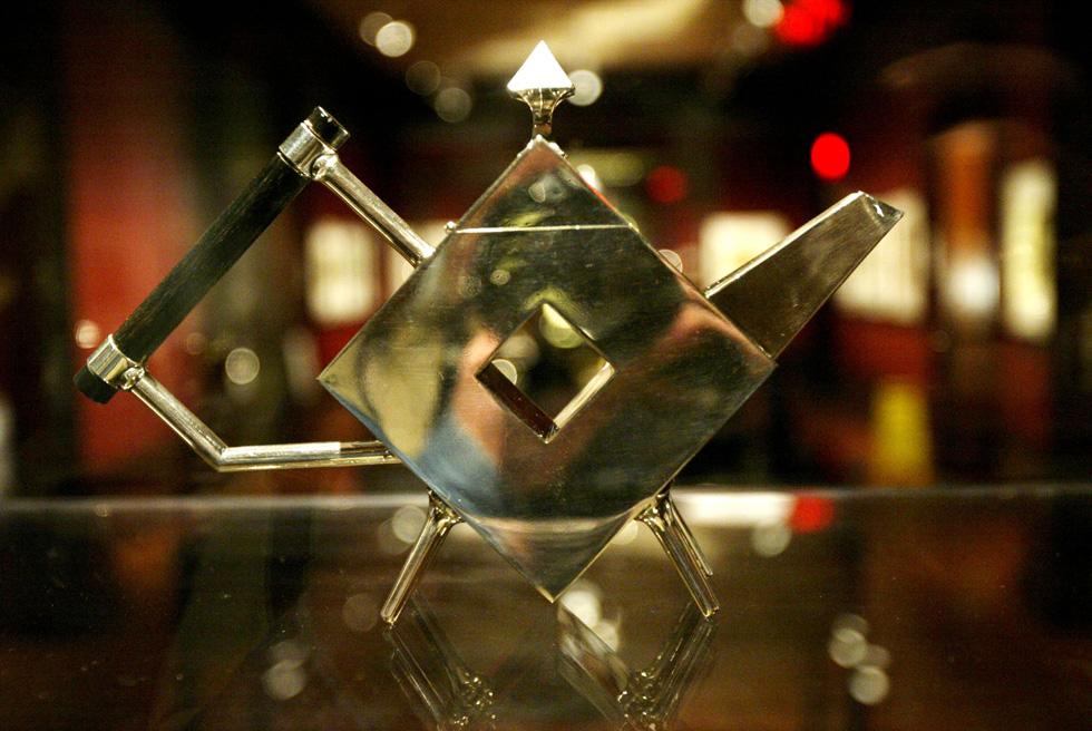 קנקן תה של כריסטופר דרסר, הנחשב לאבי העיצוב המודרני ופעל במחצית השנייה של המאה ה-19. היה המעצב העצמאי הראשון שעבד עם מגוון יצרנים תעשייתיים (צילום: AP)