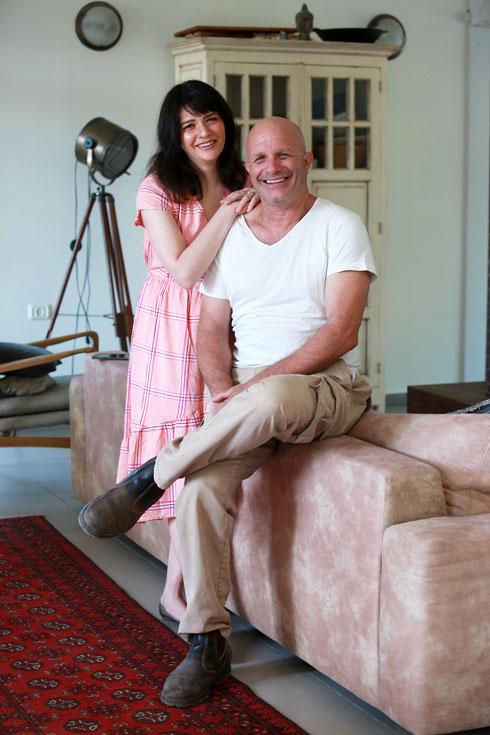 כאילו לא נפרדו מעולם. לוריין ואביה אייל, בביקורה בביתו במושב הדר עם (צילום: אביגיל עוזי)