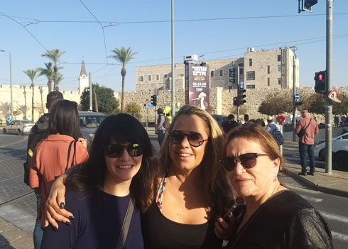 לוריין (משמאל) בביקור בישראל, עם סבתה הביולוגית תמי (מימין) וגלית, אשתו של אייל (צילום: אלבום פרטי)