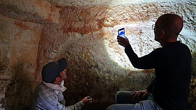 אפשר להבחין בשאריות של אבני הגזית שנהרסו על ידי שודדי העתיקות (צילום: אסף קמר)