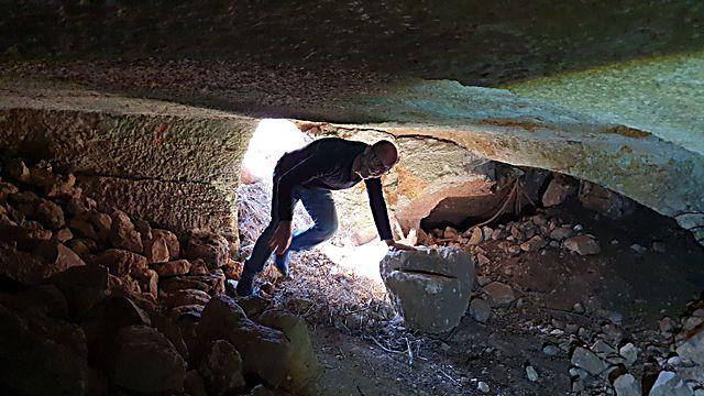 נכנסים למחסן  התת קרקעי המפואר של המבצר (צילום: אסף קמר)