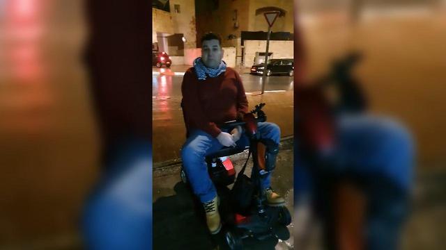 נכה בכיסא גלגלים חיכה לתיקון מעלית בגשם ()