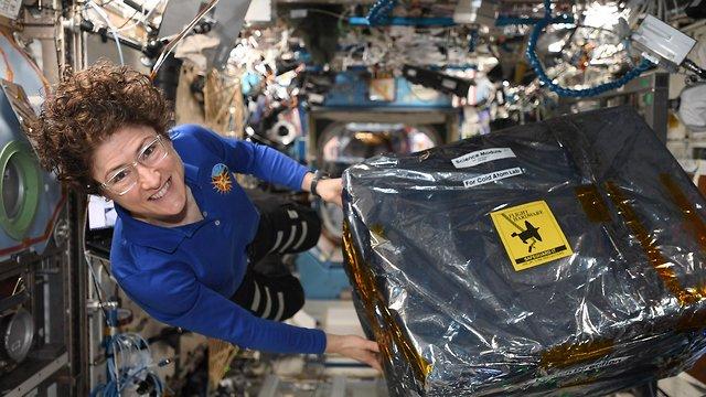כריסטינה קוק בתחנת החלל הבינלאומית (צילום: נאס