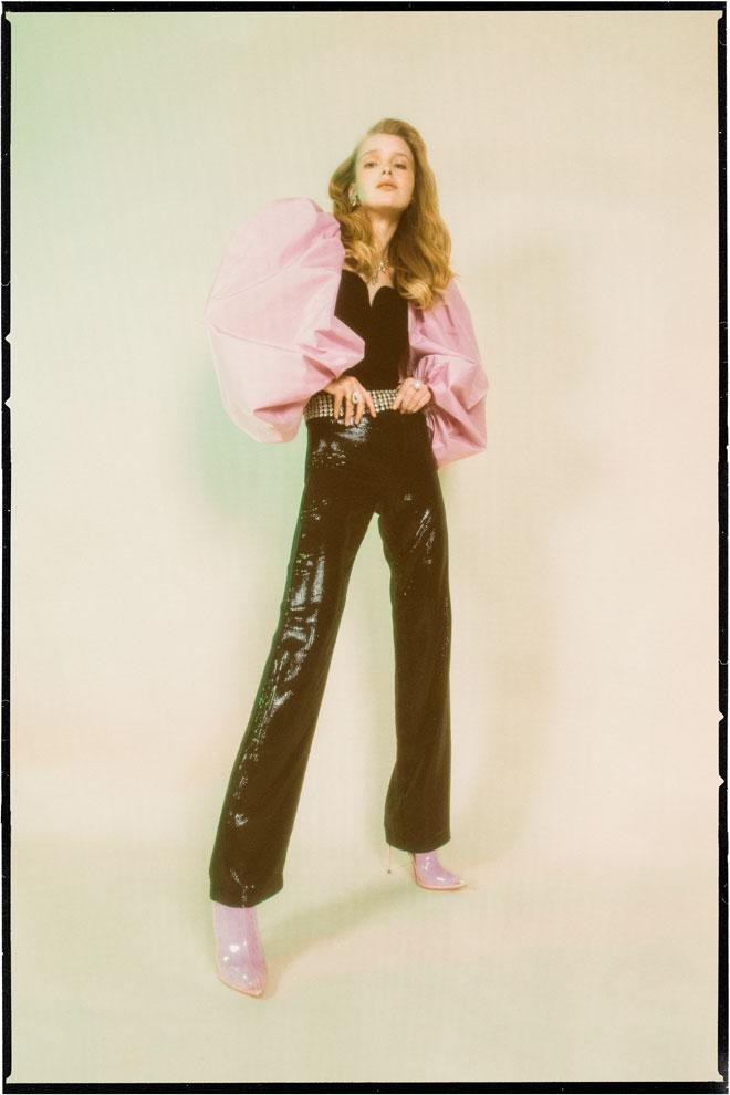 חולצה, זארה | מכנסיים, ריפליי | גרביים, פיקס | תכשיטים וחגורה – לוני וינטג' | נעליים, סטיב מאדן (צילום: עדי סגל)