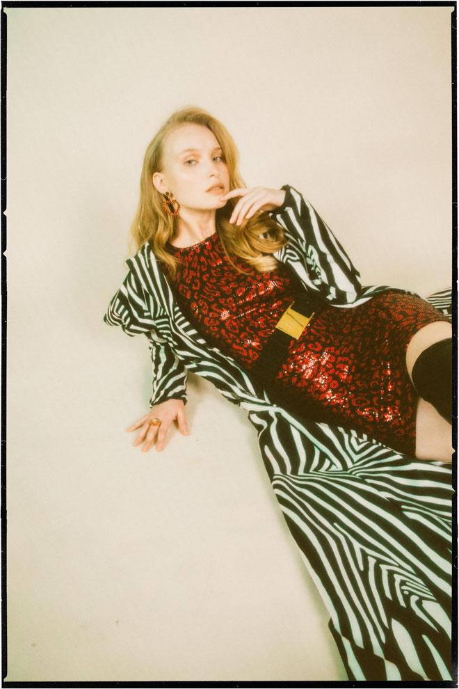 שמלה, ברשקה | מעיל, טל מדינה | עגילים וטבעת – Petite Delights by Ilona Rubin | חגורה, לוני וינטג'  (צילום: עדי סגל)