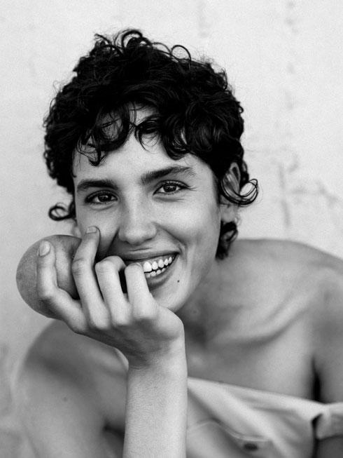 שיער גלי קצר וחיוך רחב. אריאל הלוי (צילום: איבן ברקוביץ)