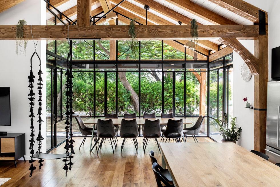 לקומת הקרקע נוספו בשיפוץ 55 מ''ר, כולל חדר זכוכית שנבנה במיוחד לפינת אוכל מרווחת. הקטנה מבין חמשת הילדים בת 12, והגדול בן 25 (צילום: איתי בנית)