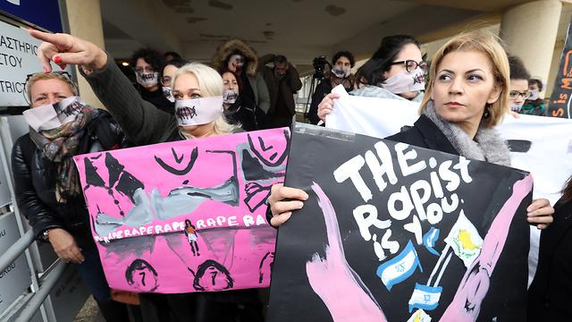 הפגנה בעד תיירת בריטית בית משפט פאראלימני קפריסין שקר אונס קבוצתי צעירים מ ישראל איה נאפה (צילום: EPA)