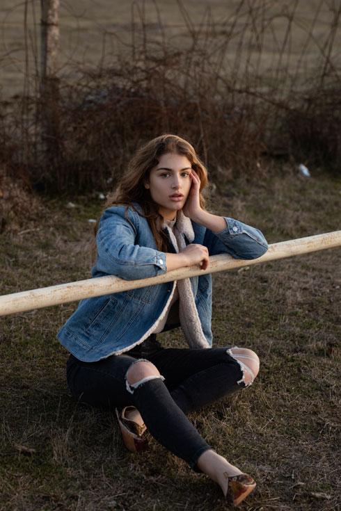 """""""אני חייבת להרגיש נוח לזוז בג'ינס"""". טליה צוקרמן (צילום: זוהר שטרית סטיילינג: מזל חסון)"""