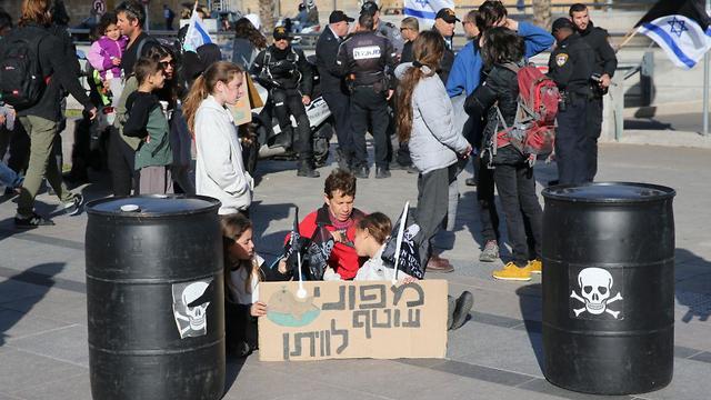 הפגנה נגד הנישוב בקריית הממשלה (צילום: מוטי קמחי)