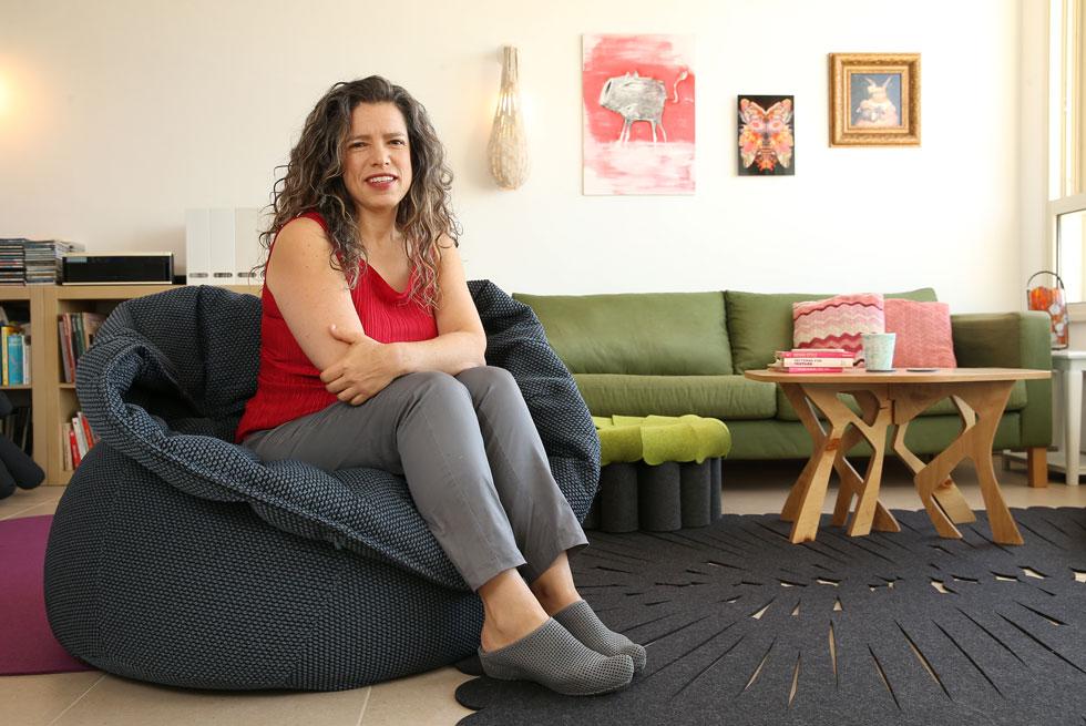 """תמר ניקס. """"הסלון שלי מלא בשלל ניסיונות של מוצרים שעיצבתי לאורך השנים"""" (צילום: אלעד גרשגורן)"""