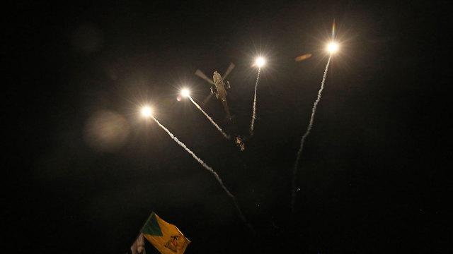 מסוק אפאצ'י פצצות תאורה ליד שגרירות ארה