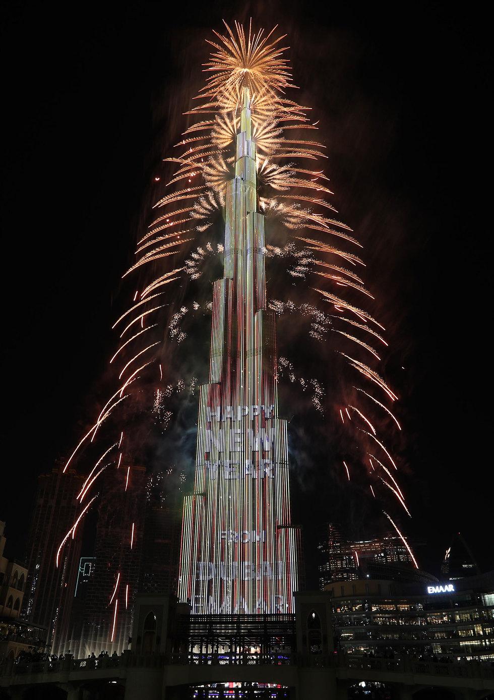 מופע זיקוקים במגדל בורג' חליפה דובאי איחוד האמירויות חגיגות השנה החדשה 2020 (צילום: EPA)