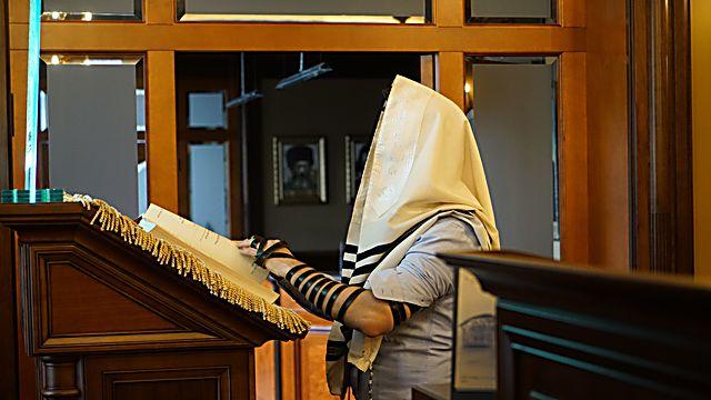 4. אלכסנדר וטשטין מתפלל בבית הכנס  (צילום:כנען ליפשיץ)