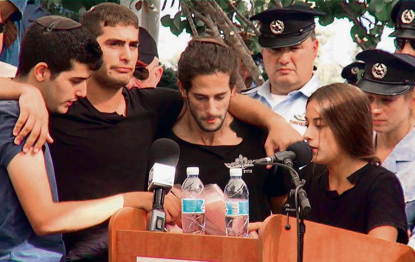 הילדים של ברכה בהלווייתו. מימין: מורן, אדיר, ראובני ואורי | צילום: חטיבת דובר המשטרה