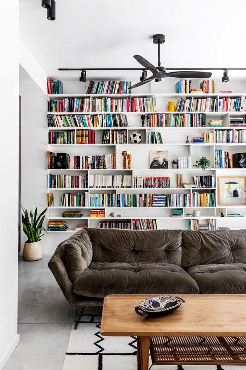 שולחן הקפה והכורסאות הם וינטג' (צילום: איתי בנית)