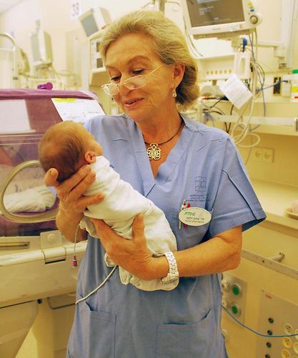ד״ר אלנה דלוגי, מ״מ מנהל המערך הכירורגי במרכז שניידר, עם הפג הקטן (צילום: דוברות מרכז שניידר)