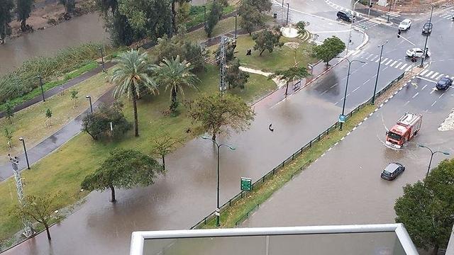 הצפות ברחוב אבא הלל ברמת גן  (צילום: יעל מזרחי)