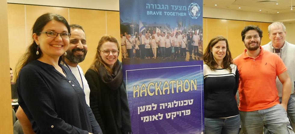 מנטורים וסטודנטים יחד עם יוזם הפרויקט (צילום: ארי סירוטה)