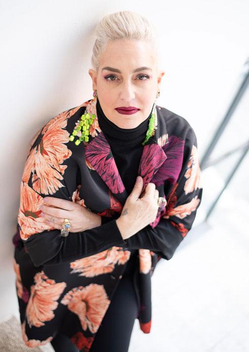 """""""נשים כל הזמן מנסות לשנות את עצמן, לצמצם את עצמן במרחב, למשל על ידי לבישה של בגדים שחורים. יש חשש גדול מלבלוט"""". רניה גבריאל ברון (צילום: נעם בן גוריון)"""