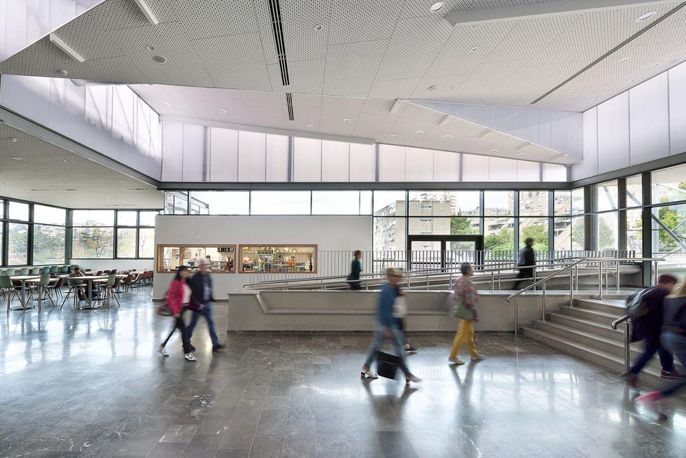 אולם הכניסה המחודש, בתכנון אמסטרדם בן נון אדריכלים, הוא למעשה המרפסת העליונה והמקורה של בית אבא חושי (צילום: עמית גושר)