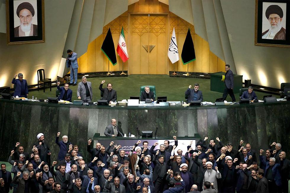 Призывы к мести на заседании парламента Ирана. Фото: EPA (צילום: EPA)