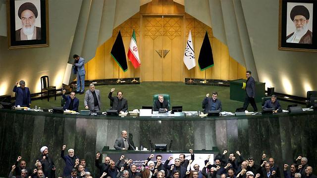 קריאות מוות לאמריקה פרלמנט איראן  (צילום: EPA)